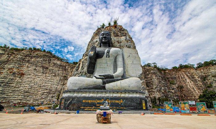 หลวงพ่ออู่ทอง อันซีนสุพรรณบุรี พระพุทธรูปแกะสลักบนหน้าผาหินหนึ่งเดียวในเมืองไทย!