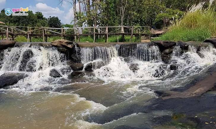 คลายร้อน เล่นน้ำให้ฉ่ำใจที่น้ำตกตาดร้อยรู บ้านเขว้า ชัยภูมิ