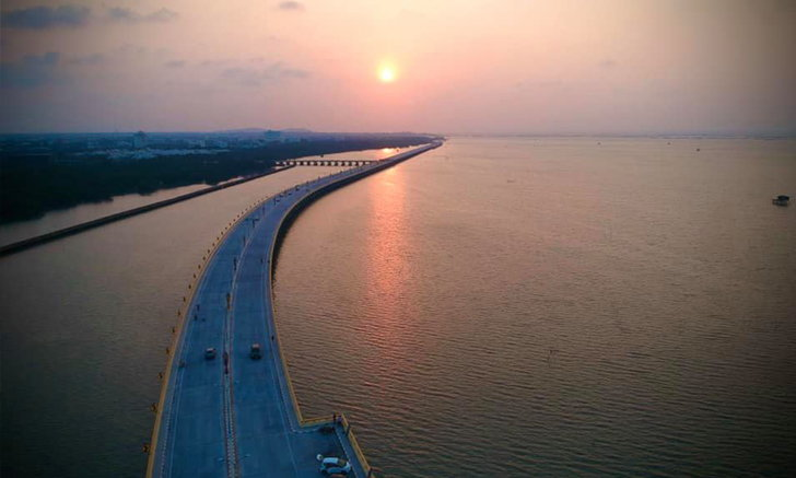 สะพานเลียบชายทะเลชลบุรี ถนนกลางทะเลสุดงดงาม