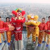 """ตื่นตาตื่นใจ! """"คิง เพาเวอร์"""" จัดเชิดสิงโตบนพื้นกระจกที่สูงที่สุดในไทยต้อนรับตรุษจีน 2562"""