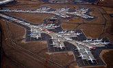 ภาพประวัติศาสตร์! เครื่องบินจากทั่วโลกออกมาจอดตามรันเวย์ เนื่องจากโรงจอดไม่พอ