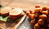 """ทำความรู้จักกับ """"ขนมด๊อต"""" ขนมปิ้งเขมรโบราณที่หาทานได้ยากยิ่ง"""