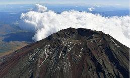 ยอดของภูเขาไฟฟูจิมีหิมะปกคลุมเป็นวันแรกของปีนี้