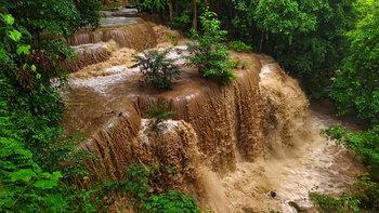 ภาพหาชมยาก! น้ำป่าไหลผ่านน้ำตกห้วยแม่ขมิ้น กลายเป็นน้ำตกสีช็อกโกแลต