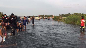 มวลน้ำจากเขื่อนลำเชียงไกรถึงบุรีรัมย์แล้ว แต่อ่อนแรงกลายเป็นจุดเล่นน้ำให้คนพักผ่อน