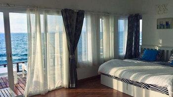 บ้านริมน้ำเกาะล้าน ที่พักวิวทะเล เสพบรรยากาศสไตล์มัลดีฟส์