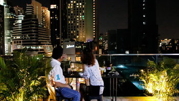 Rise Rooftop Bar แหล่งแฮงค์เอ้าท์ลอยฟ้าราคาจับต้องได้ ใจกลางย่านสุขุมวิท