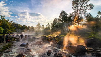 """""""บ่อน้ำพุร้อนแจ้ซ้อน"""" ชมภาพความมหัศจรรย์เมื่อไอน้ำลอยขึ้นมาจากพื้น ปะทะกับแสงแดด!"""