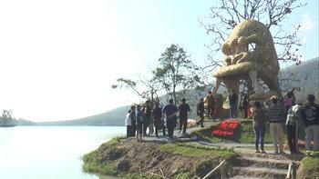 ซุ้มประตูหัวคิงคองยักษ์บนเกาะกลางน้ำห้วยตึงเฒ่า จุดเช็กอินถ่ายรูปเชียงใหม่