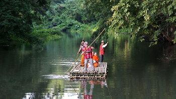 เที่ยวตลาดโอ๊ะป่อย ตักบาตรทางแพไม้ไผ่หนึ่งเดียวในไทย!