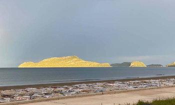 แสงแดดกระทบภูเขาเป็นสีทอง ความมหัศจรรย์ 1 ปีมีครั้งเดียว บนเกาะโครัมและเกาะนมสาว