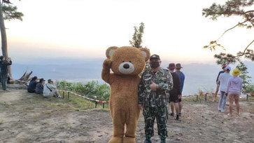 หนุ่มป่วยมะเร็งระยะสุดท้าย สวมชุดหมีเดินขึ้นภูกระดึง หลังบนพระยอดภูให้หายป่วย