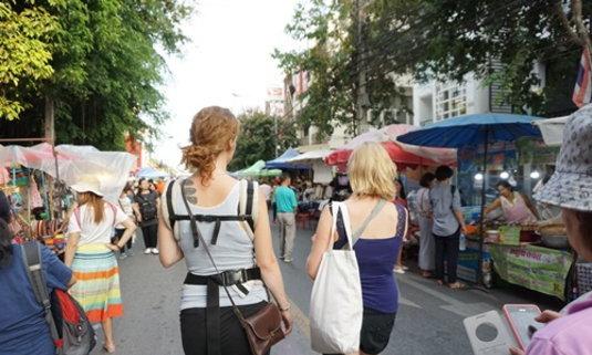 ถนนคนเดินเชียงใหม่ เดินชอป เดินชิม เพลินจนลืมเวลา
