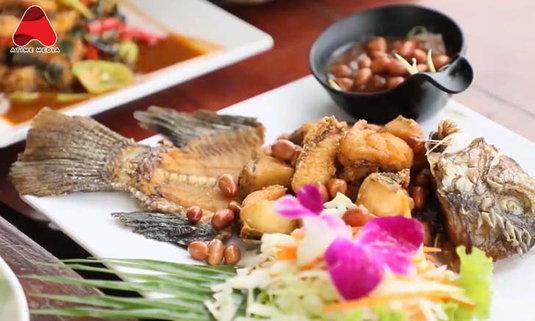 ร้านนัดพบริมโขง มุกดาหาร ร้านอาหารริมน้ำโขงที่มีอายุกว่า 65 ปี ทีเด็ดอยู่ที่ปลาแม่น้ำ!