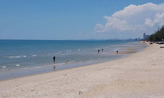 พิษโควิด-19 ทำหาดชะอำเงียบเหงาแบบไม่น่าเชื่อ!