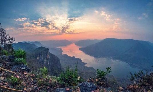 """""""ผาแดง อุทยานแห่งชาติแม่ปิง"""" จุดชมวิวแม่น้ำปิงที่สวยงามที่สุดในประเทศ"""