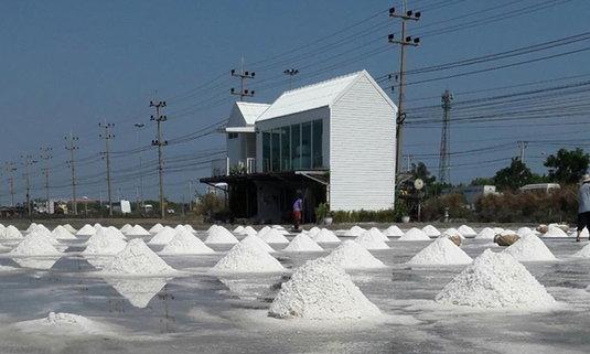 Salt Lake De Maeklong คาเฟ่แนวใหม่สุดชิคท่ามกลางนาเกลือ