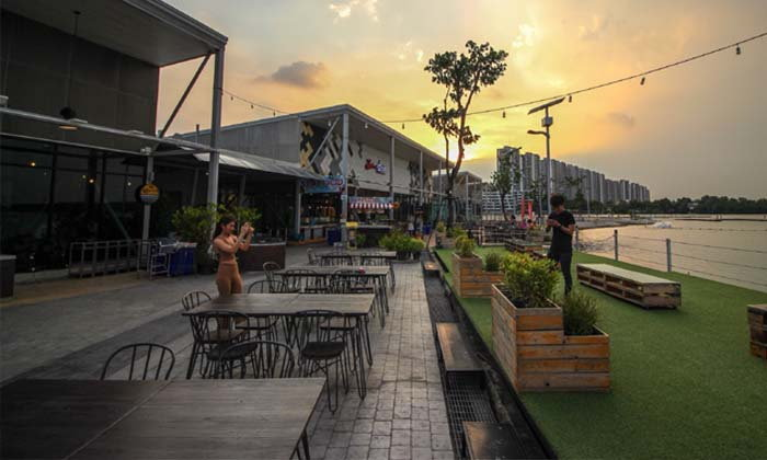Breeze Cafe  and  Bar ร้านอาหารสุดชิล จุดชมวิวพระอาทิตย์ตกริมทะเลสาบเมืองทอง