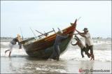 ชาวประมงเข็นเรือหลังเสร็จภาระกิจ