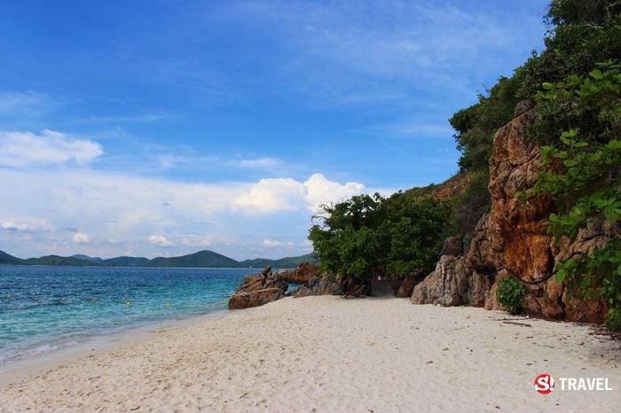 หาดทรายสีขาวนวลตัดกับสีฟ้าของน้ำทะเล