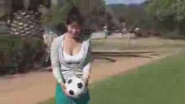 สาวญี่ปุ่นเล่นบอล
