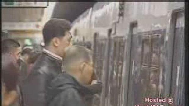 ประตูรถไฟหนีบลากติดผู้หญิง