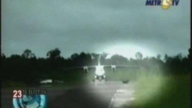 คลิปหมาวิ่งตัดหน้าเครื่องบินบน run way ในอินโดนีเซ