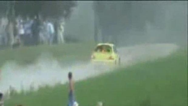 รถแข่งแหกโค้งตกน้ำ