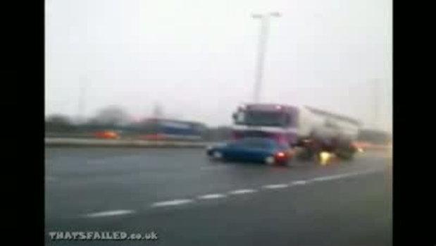 อุบัติเหตุ รถ18ล้อชน ลากรถเก๋งไปด้วยไม่รู้ตัว