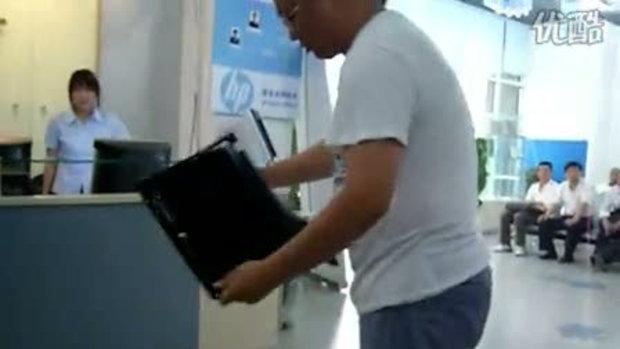 หนุ่มจีน พังโน๊ตบุ๊ค HP กันจะจะคาศูนย์ซ่อม