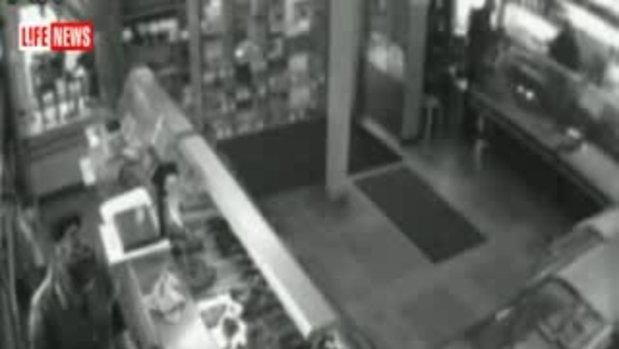 ปาลูกระเบิด ใส่ภายในร้านขายของ