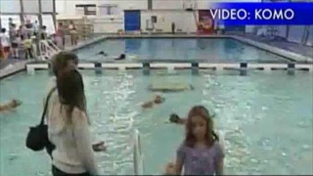 ฝึกน้องหมาว่ายน้ำ น่ารัก!