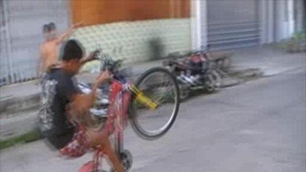 น้องเบนซ์ ปั่นจักรยานโชว์ยกล้อ