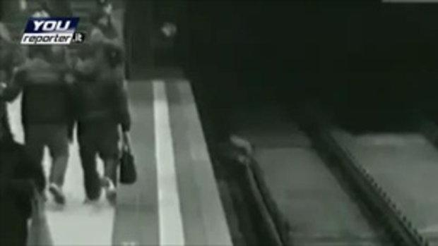 ฮีโร่ ช่วยเด็กตกรางรถไฟฟ้า