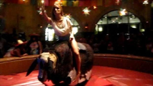 สาวพริ้ว ขี่วัวกระทิงโดยไม่จับอะไรเลย