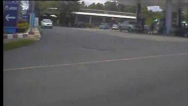 ระทึก!! รถปิ๊กอัพ พุ่งชนปั้มจนระเบิด ที่อำนาจเจริญ