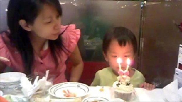 วันเกิดเด็กน้อย เป่าเค้กได้อารมณ์มาก ตาเหล่เชียว