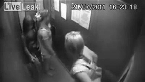 ช่างกล้า! สองสาวสุดแสบ ฉี่ในลิฟท์ ก่อนชิ่งหนีเฉย