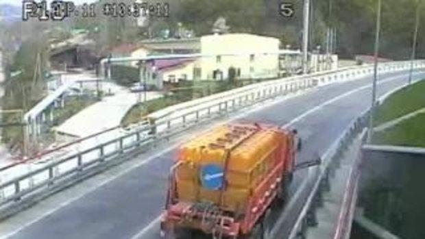 รถตำรวจแซงเส้นทึบเบียดรถพ่วงชนรถเก๋งอัดสะพานสยอง.