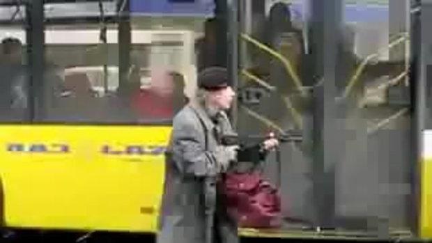 แจ๋วจริงนะลุง ขึ้นรถเมล์แบบเนี่ยะ
