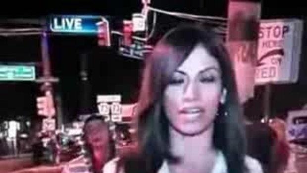 ไอ้หนุ่้มซ่า ล่อนักข่าวสาวกลางถนนออกทีวี