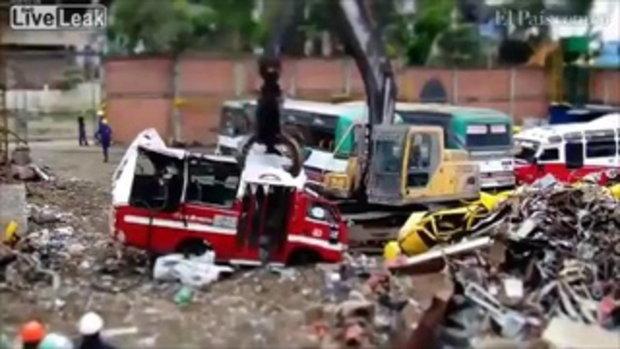 การทำลายรถบัสเก่าใน 40 วินาที