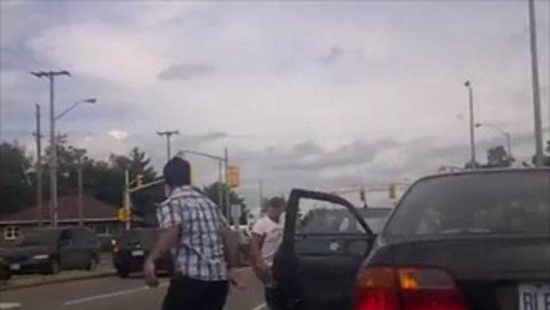 ปะทะเดือด!!! จอดรถชกกันกลางถนน