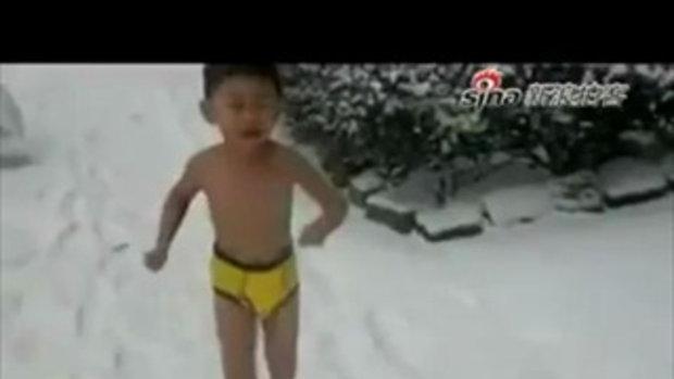 พ่อจับลูก 4 ขวบแก้ผ้า เดินกลางหิมะ!!