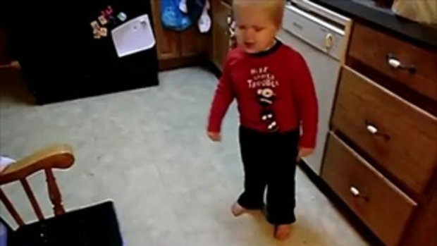 เด็กสามขวบร้องและเต้นเพลง LMFAO