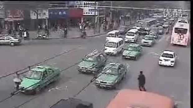 ข้ามถนน รถชนกระเด็น ที่จีน