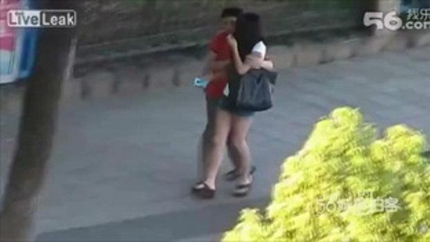 ผวา! หนุ่มโรคจิตเดินไล่กอดบนถนน