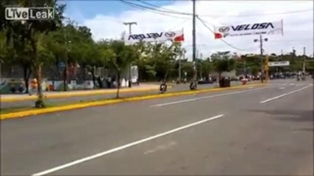 วิ่งตัดหน้ารถแข่ง รอดหวุดหวิด