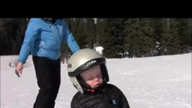 หนูน้อยยืนหลับขณะเล่นสกี น่ารักอะ!!!