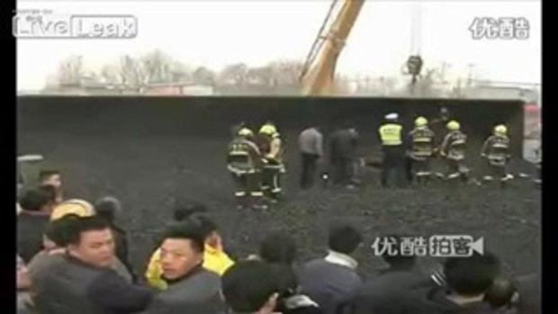 ชนเละ! รถเก๋งถูกทับด้วยถ่านหินกว่า 50 ตันที่หล่นจากรถบรรทุก